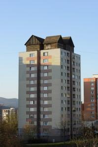 Panelház tetején állítottak fel hagyományos faházakat Kass