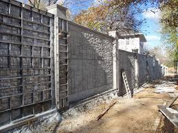 A masszív betonkerítés védelmet nyújt